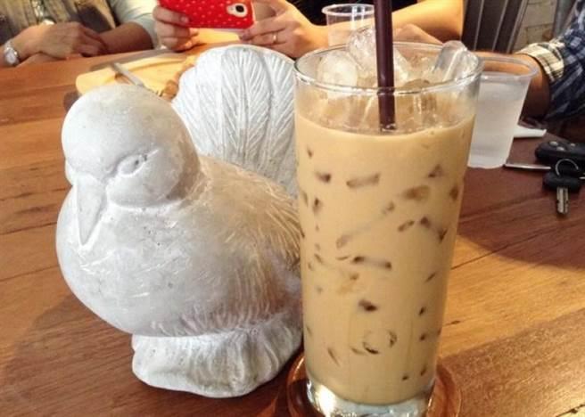 由網友提供的照片可見,咖啡店的女店員分別穿上黑白色背心,背心正面列...