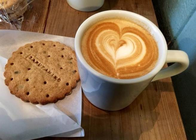 有網友批評,咖啡店的做法肯定會令不少男性顧客趁機對女店員揩油;有人...