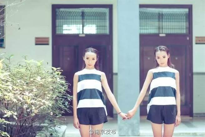 不少雙胞胎除了容貌相似外,性格和興趣皆南轅北轍。然而在江蘇鹽城,一...