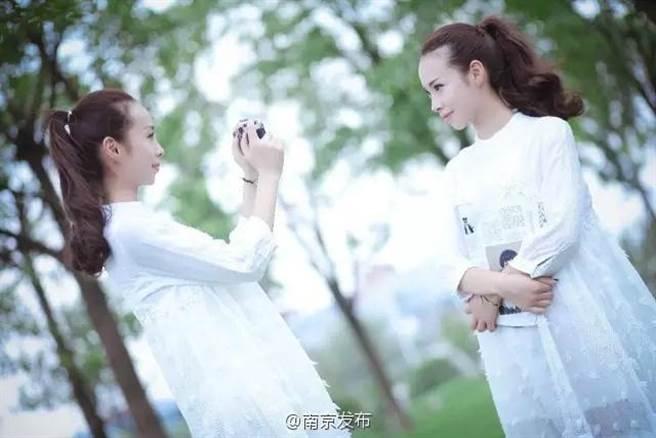 據悉,袁嬌和袁艷出生在一個小康之家,姊妹兩人7歲時,雙雙迷上古箏,...
