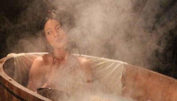 他做了個實驗,將30磅的乾冰丟進豪宅旁的游泳池了,結果真的還原了圖片...