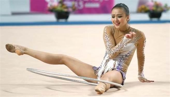 網友對她的表現解讀成「各位自行解鎖各種姿勢...」