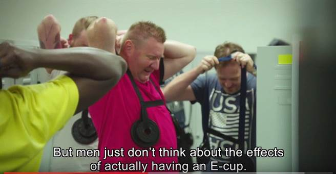 內衣公司PrimaDonna發給每位男員工2個模彷E罩杯乳房的鐵餅,重約2.2至3.5磅,...