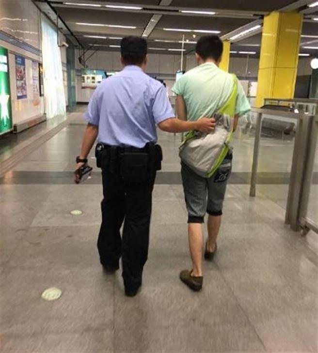 小沫將色狼拉下車後,立即在月台上報警,並僅以單手緊緊捉住色狼的領口...