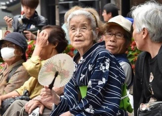 日本是全世界最長壽國家,日本厚生勞動省表示,日本100歲以上的老人,已...