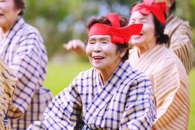 日本厚生勞動省自1963年起,調查日本國內百歲人瑞數目,當時只有153人,...