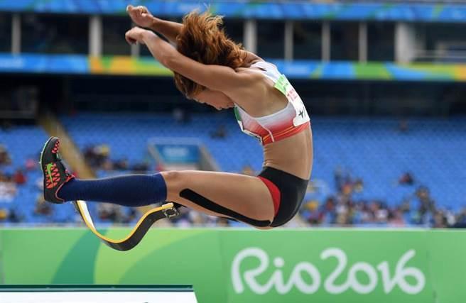 隨後她入選了2012年倫敦殘奧的代表團,但因資金不足,令她決定拍攝半裸...