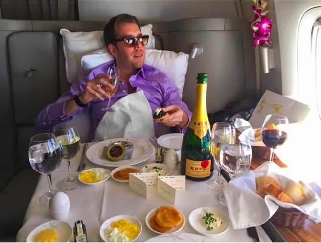 除此之外,他還有各種各樣的花招,讓自己能在飛機上享受升等。在入住酒...