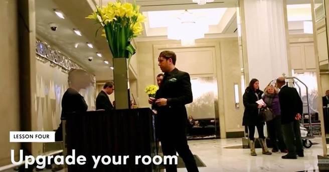 如果最後到酒店沒有按電話里說的,那就直接去酒店前台,跟他們說:「我...