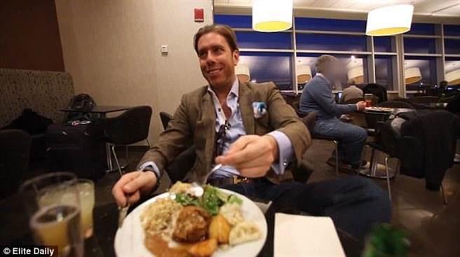 甚至,連平時工作,他都不去辦公室,直接去甘迺迪機場的頭等艙候機室辦...
