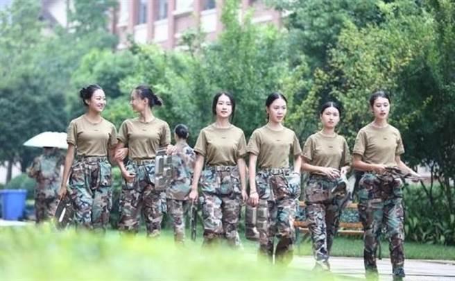 不過,也有不少網友表示,照片拍得太過專業,「很明顯是學校的宣傳招數...