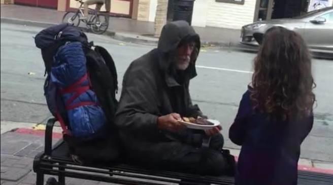 美國一位名為Ella的8歲小女孩,用一頓飯,改變了一位老人的命運。住在加...