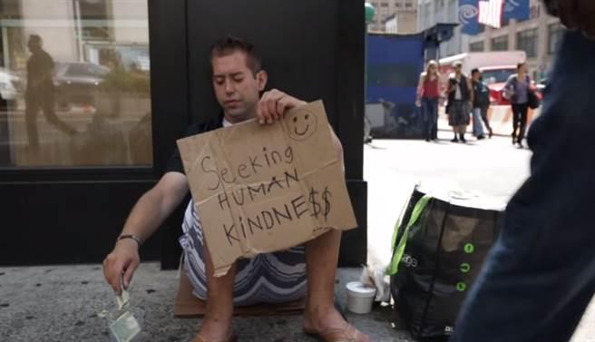 喬伊是美國紐約曼哈頓的一名流浪漢,他不像其他的流浪漢一樣睡在堅硬的...