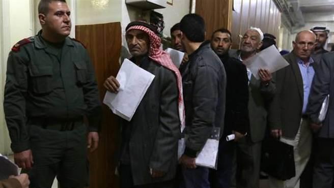 在元配的同意下,46歲的阿德南(Abu Adnan)因為沒有小孩,娶了一名付不起...