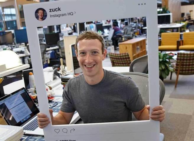發現了嗎?祖克柏身後的電腦攝像頭被遮起來了。