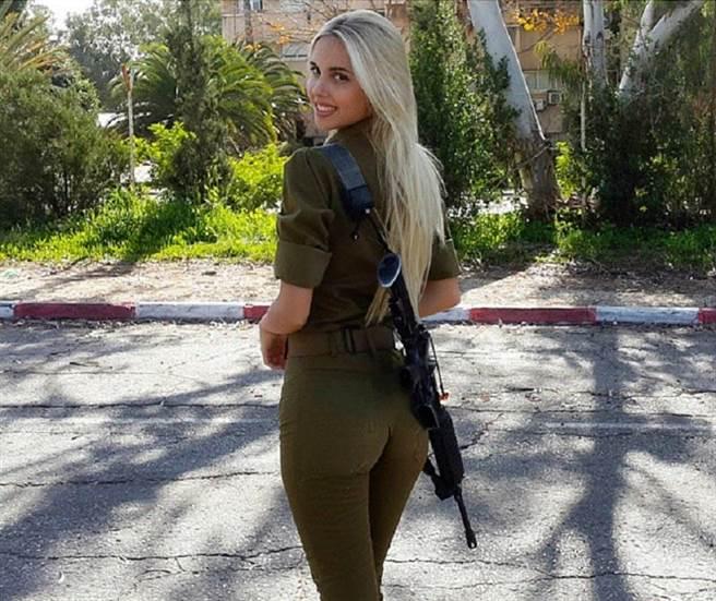 Maria Domark軍服照爆紅,用背後就能讓敵人臣服。