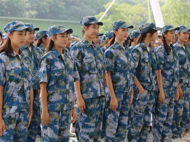 網友驚呼:「如果軍訓能看到這麼漂亮的妹子,那我寧願軍訓兩個月。」