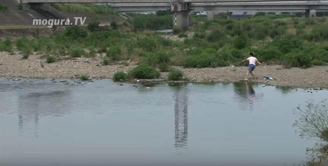 日本大阪21歲男子岡坂有矢創出驚人打水漂紀錄,擲出的石頭在水面彈跳91...