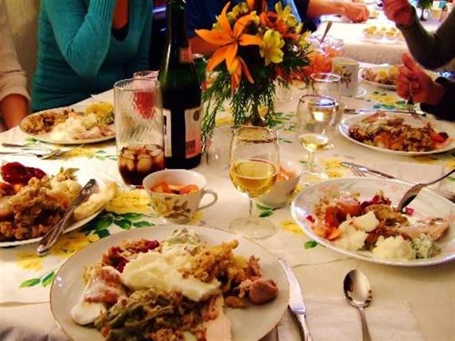 從這個角度看,美國人不經常吃米飯、亞洲人不會長年累月的一日三餐享...