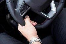單手握方向盤下方位置