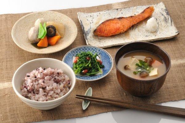為何日本人的壽命能夠屢創奇蹟?一些日本專家認為,這與日本人傳統的「...