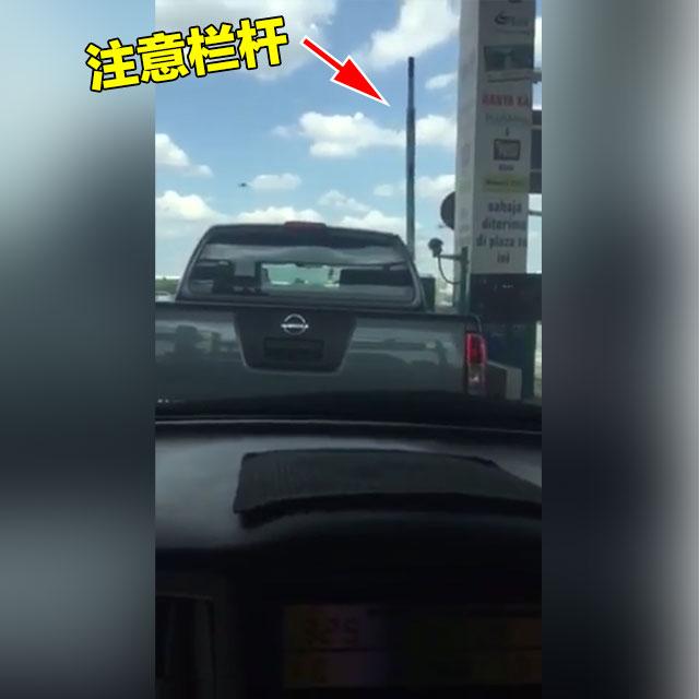 4,注意欄杆,一抬起的話立刻緊緊跟著前面的大型車一併向前行駛!