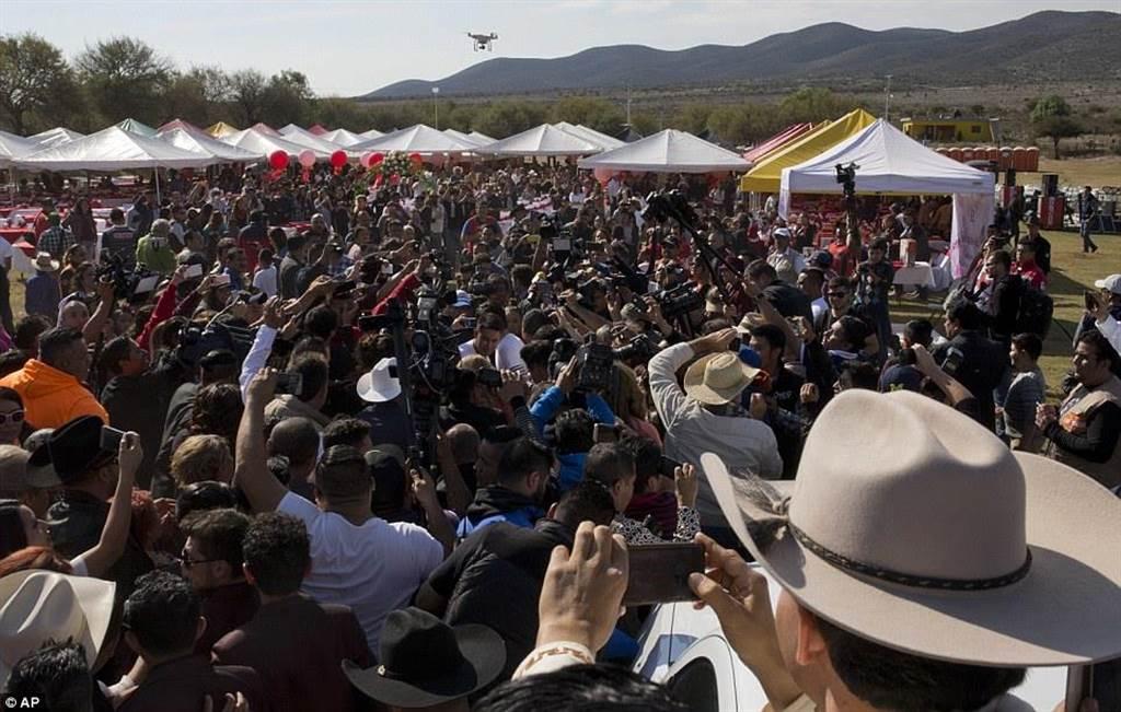 派對當天人數多達上千人。人擠人都要擠進去,世界各地記者也到場採訪,...