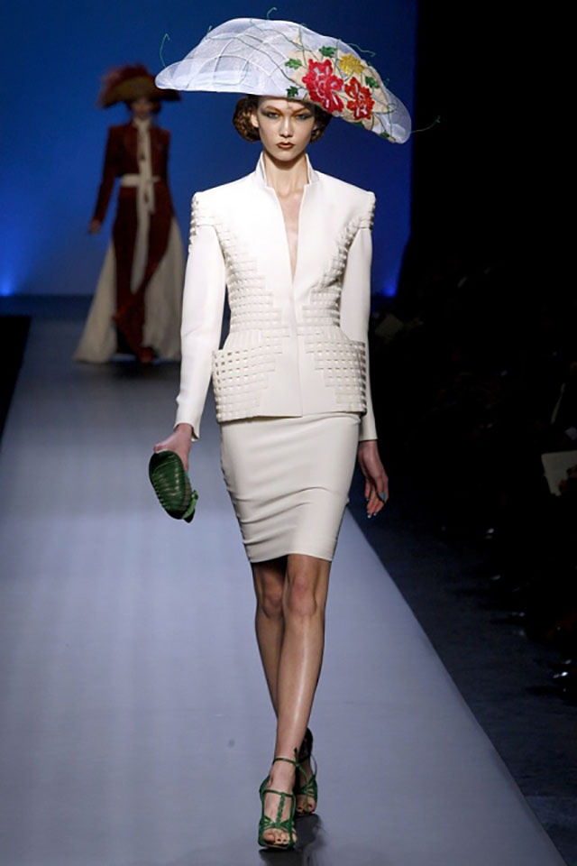 這位模特兒在時尚舞台上拿著那麼大包的「辣死你媽」!