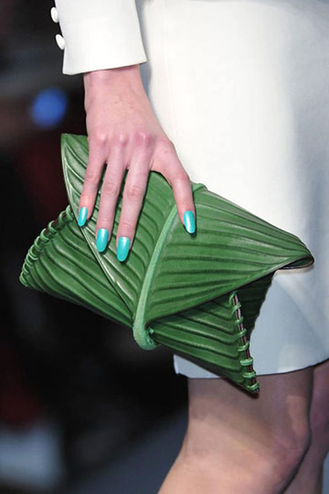 這個香蕉葉包包被加入 Hermes 在2010年的夏季新品里,由著名設計師 Jean-Paul Ga...